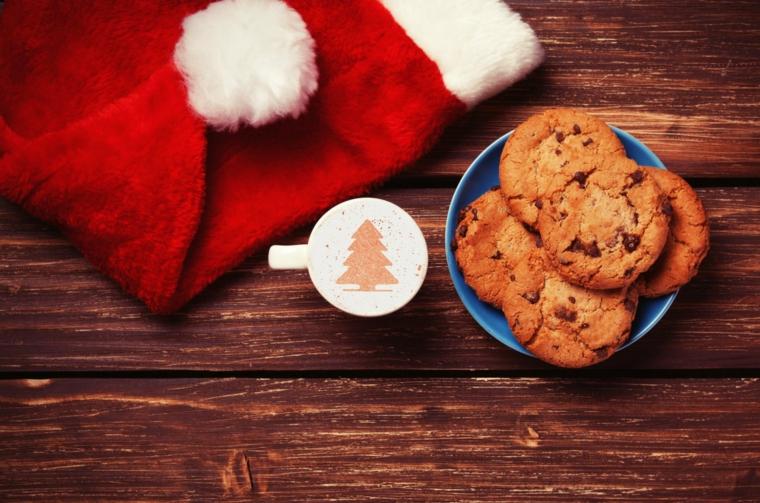 Come fare i biscottini natalizi al cioccolato, decorazione a tema natalizio con il cappellino di Babbo Natale