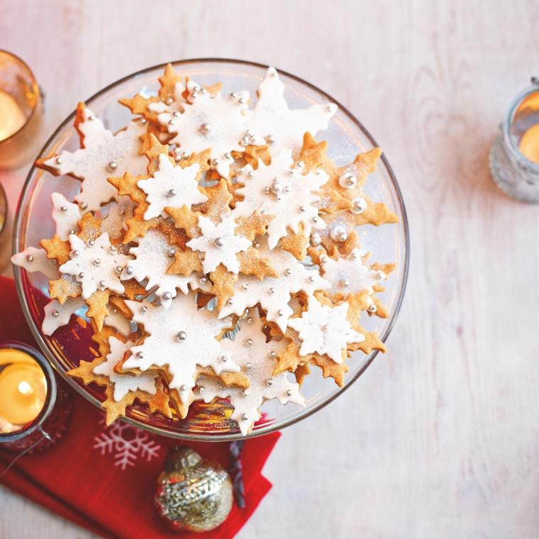 Biscotti natalizi, forma fiocco di neve con glassa bianca e palline color argento commestibili