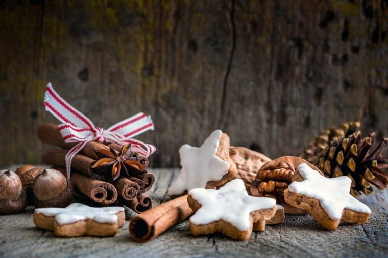 Idea per la decorazione dei biscotti di Natale alla cannella con la glassa bianca