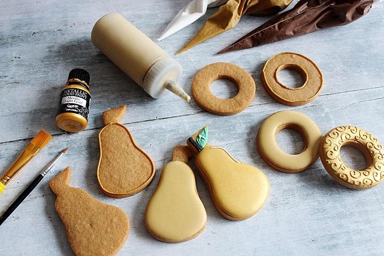Decorare i biscotti di Natale con dei coloranti alimentari di diverso colore in sac à poche
