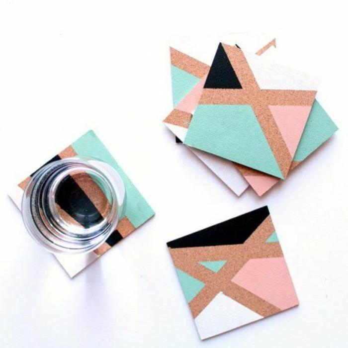 riciclare-pezzettini-legno-colorato-creare-sottobicchieri-forma-quadrata-bicchiere-acqua-idea-originale