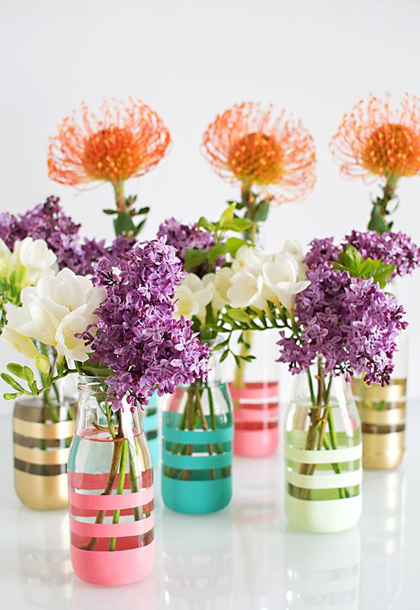 riciclo-creativo-bottiglie-vetro-utilizzate-vasi-fiori-colorati-decorazione-strisce-washi-spray-vernice