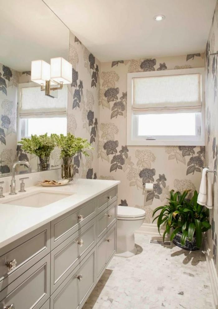 rivestimenti-bagno-resina-foglie-decorate-sfondo-color-crema-grande-vanity-pianta-verde