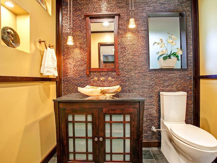 rivestimenti-bagno-stile-rustico-mobili-legno-sanitari-colore-bianco-idea-decorazione-fiori-lampade-sospesnsione