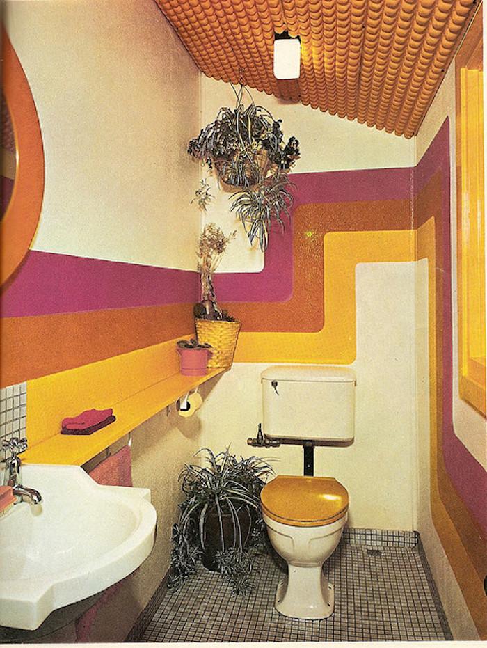 rivestimenti-bagno-vintage-arredamento-stile-anni-60-pareti-colorate-decorazione-piante-lavabo-bianco-classico