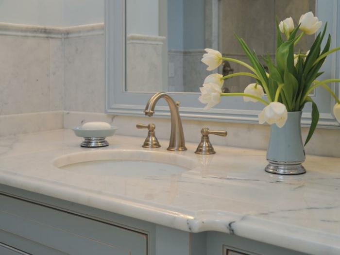 1001 idee per il bagno senza piastrelle molto creative - Bagno piano marmo ...
