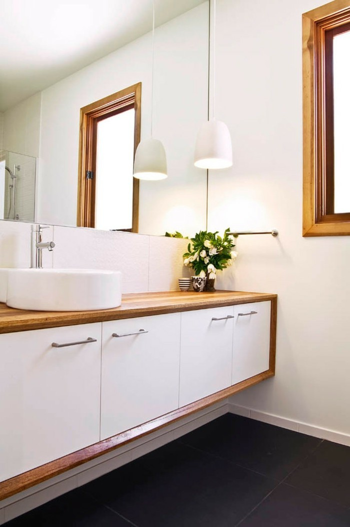 rivestimento-bagno-resina-colore-bianco-vanity-bianco-profilo-legno-mapadario-sospensiomne