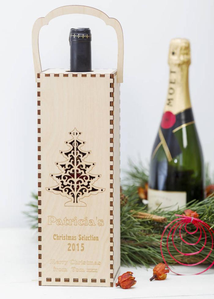 scatola-legno-scritta-decorazione-bottiglia-vino-rosso-confezione-regalo-fai-da-te-decorazione-natalizie-ghirlanda-verde-bottiglia-Moet-spumante