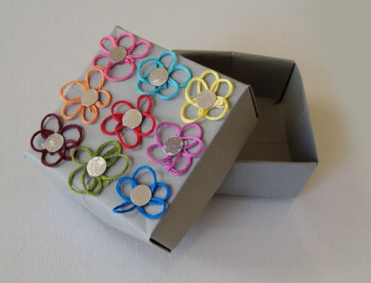 fai da te regali, una piccola scatola di cartone con dei fiori applicati ideale come porta gioie