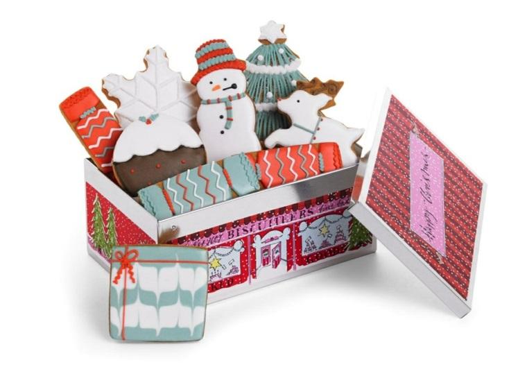 Scatola di biscotti per regalo, dolci decorati con della pasta di zucchero e glassa reale