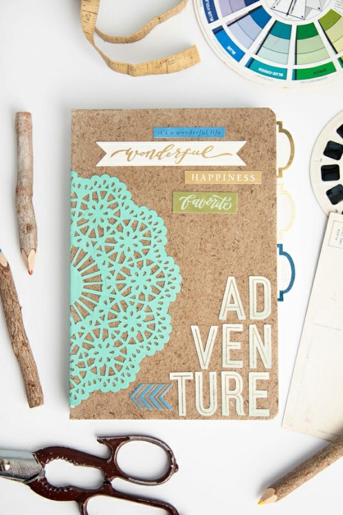scrapbooking-diario-fai-da-te-vacanze-matite-legno-forbici-decorazioni-pizzo-scritte-idea-creativa