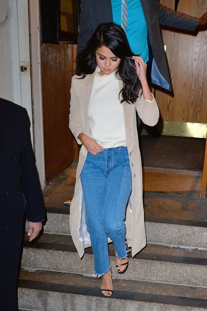 selena-gomez-jeans-vintage-sandali-tacchi-t-shirt-bianca-cappotto-lungo
