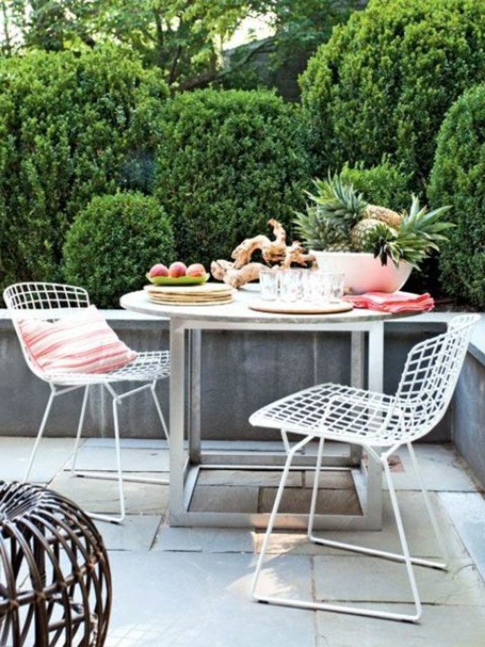 set-mobili-da-giardino-tavolo-metallo-sedie-effetto-rete-decorazione-piante