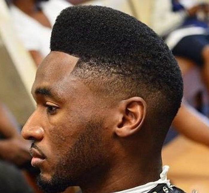sfumatura-capelli-uomo-afro-neri-ricci-lati-corti-parte-superiore-piu-lunga-compatta