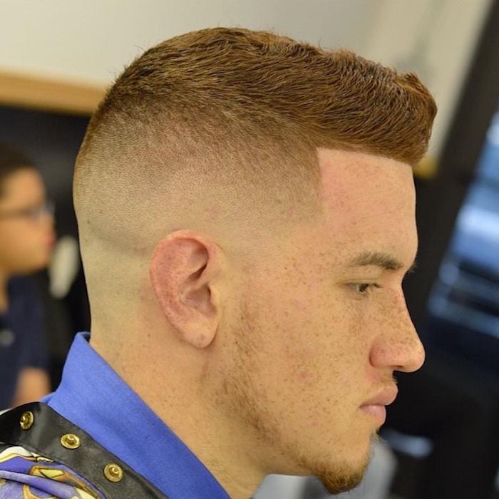 sfumatura-capelli-uomo-taglio-corto-ciuffo-alto-capelli-rossi-pizzetto-lentiggini