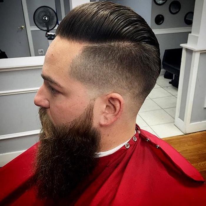 sfumature-capelli-uomo-ciuffo-indietro-pettinato-gel-barba-molto-lunga