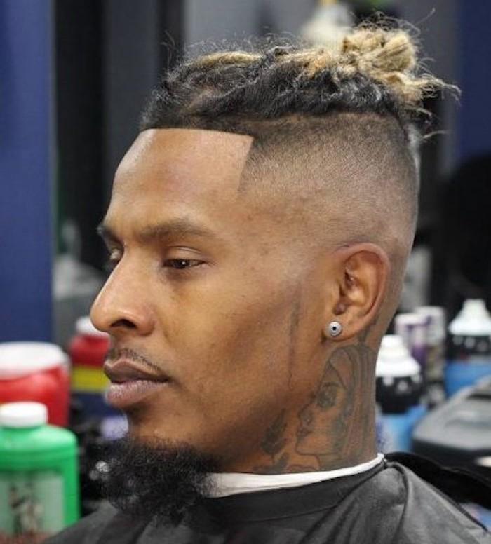 sfumature-capelli-uomo-molto-corti-lati-treccine-raccolte-sopra-punte-bionde-orecchino-tatuaggio-collo