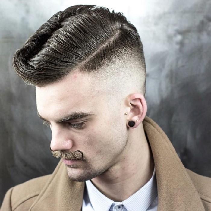 sfumature-capelli-uomo-taglio-graduato-lati-ciuffo-lungo-banana-gel-baffi-arricciati-orecchino-nero