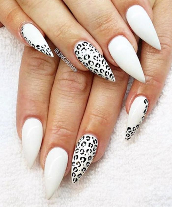 smalto-gel-bianco-decorazione-impronte-nere-forma-unghia-stiletto-media-lunghezza