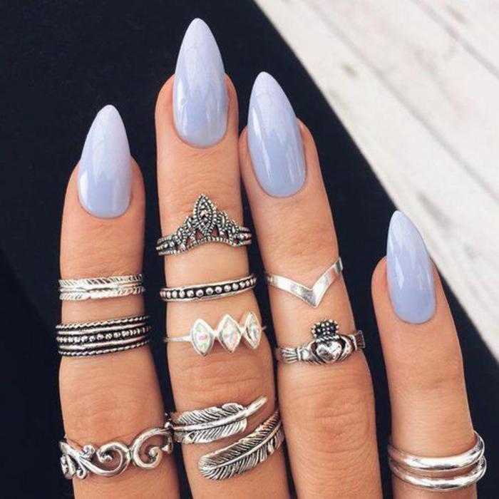 smalto-gel-olore-chiaro-unghia-forma-punta-stiletto-decori-tanti-anelli-argento-diversa-forma