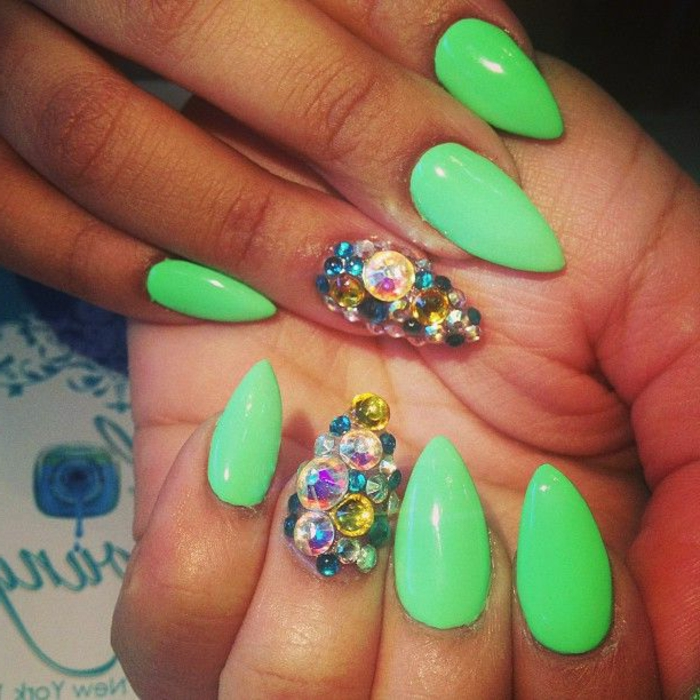 smalto-gel-verde-chiaro-accent-nail-anulare-brillantini-forma-stiletto-corto