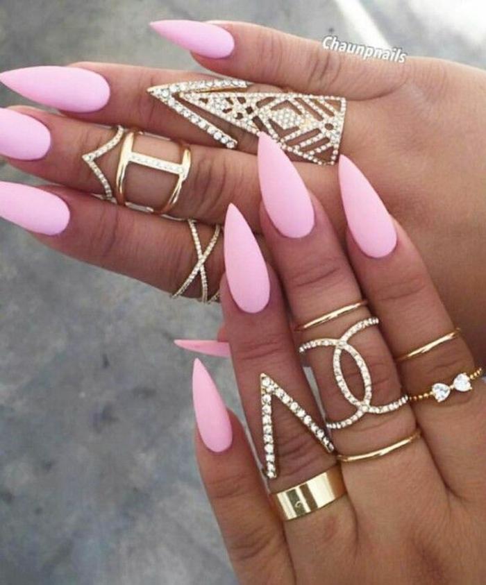 smalto-matt-rosa-unghie-forma-stiletto-rosa-chiaro-decorazioni-mani-anelli-varia-forma
