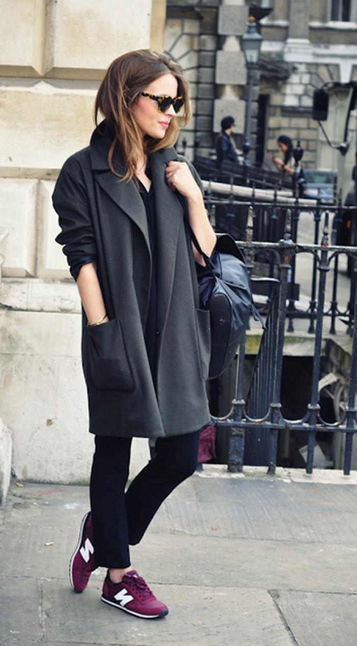 smart-casual-donna-giacca-leggera-lunga-scarpe-da-ginnastica-bordeaux-borsa-nera-occhiali-da-sole