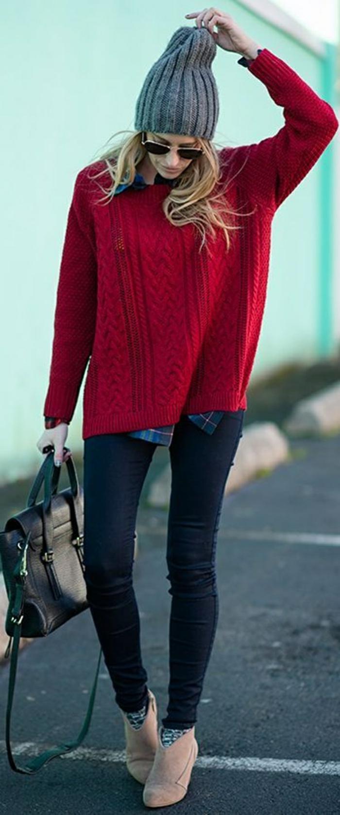 smart-casual-donna-jeans-borsa-cappello-grigio-maglione-rosso-occhiali-da-sole-look-autunnale