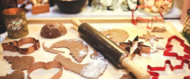 Dolci e biscotti per Natale, formine in metallo per fare i stampi e mattarello per lavorare l'impasto