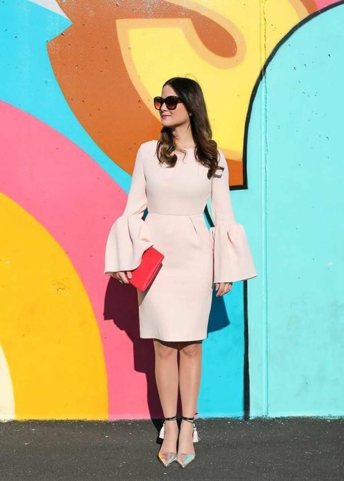 stile-boho-chic-donna-vestito-colore-beige-maniche-larghe-scarpe-basse-punta-nappe-decorazione-borsetta-rossa-occhiali-da-sole