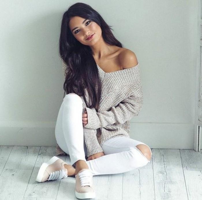 stile-casual-ragazza-capelli-neri-mossi-pantalone-bianco-scarpe-tennis-rosa-maglione-grigio-spalla-scoperta-scollatura-V