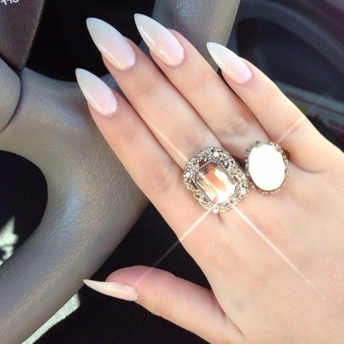 stiletto-unghie-forma-punta-color-panna-molto-chiaro-accessori-anelli-stesso-colore