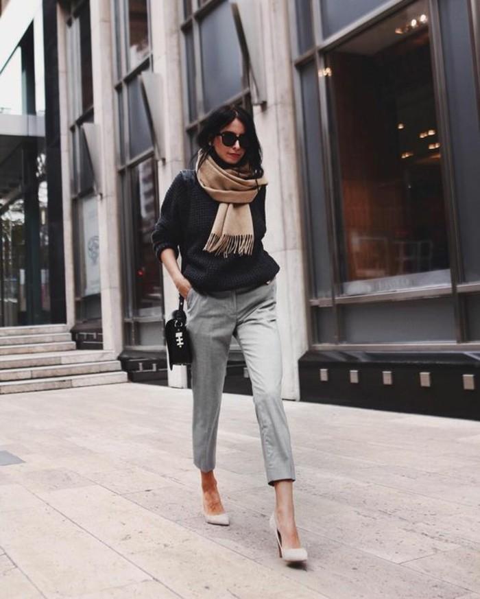 street-style-abbigliamento-donna-pantalone-grigio-maglione-nero-borsa-tracolla-sciarpa-scarpe-tacco-occhiali-da-sole-accessori