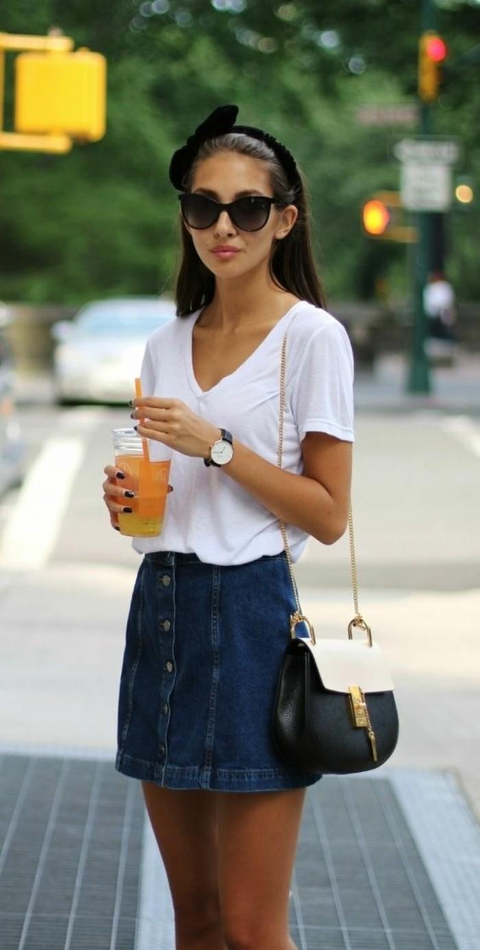 street-style-abbigliamento-ragazza-gonna-jeans-bottoni-davanti-t-shirt-bianca-scollatura-V-borsetta-tracolla-bianco-nera