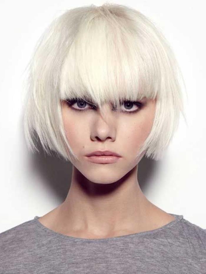 tagli-caschetto-capelli-biondo-polare-frangia-piena-fronte-alcuni-ciuffi-piu-lunghi