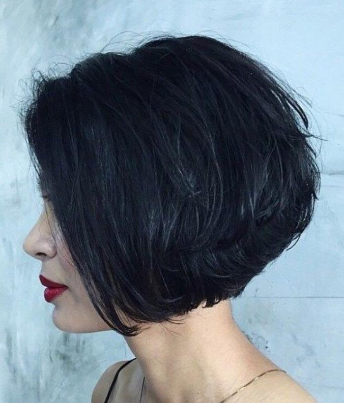 tagli-caschetto-corto-dietro-lungo-davanti-voluminoso-capelli-neri