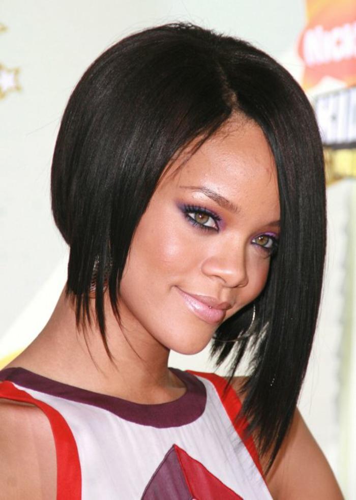 taglio-capelli-carré-Rihanna-variante-capelli-neri-lisci-ciuffo-piu-lungo-look-elegante