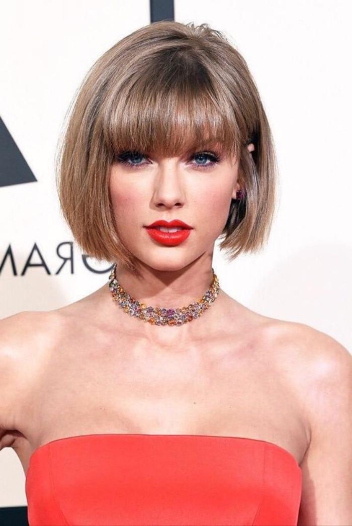 taglio-capelli-caschetto-Taylor-Swift-look-femminile-ciuffi-lunghi-davanti-frangia-bombata