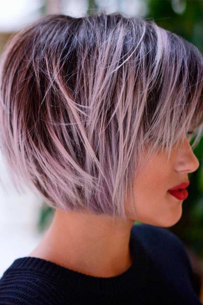 taglio-capelli-caschetto-corto-idea-ciocche-rosa-capelli-lisci-frangia-stile-originale