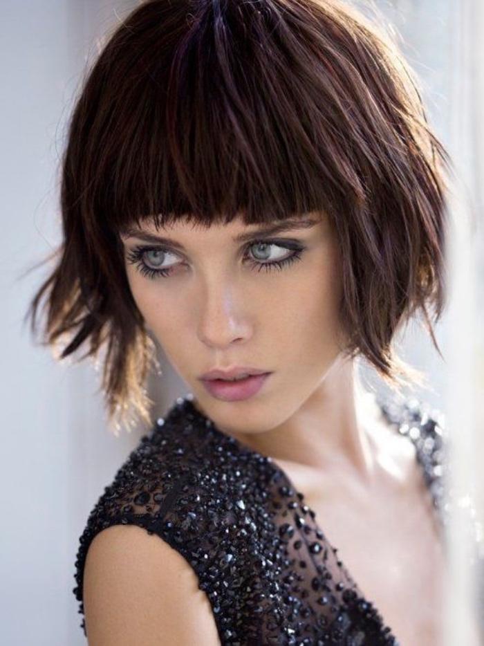 taglio-capelli-caschetto-frangia-piena-fronte-ciuffi-piu-lunghi-davanti-donna-elegante-ribelle