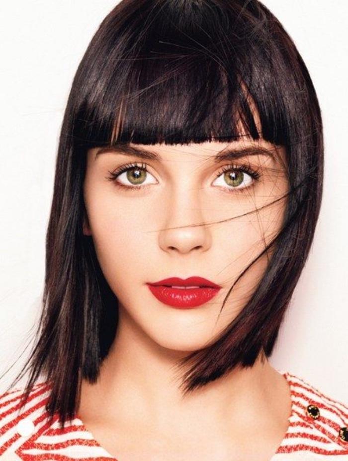 taglio-capelli-caschetto-idea-frangia-fronte-capelli-lisci-neri-acconciatura-linee-squadrate
