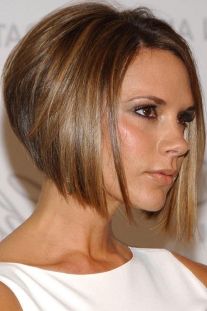 taglio-capello-caschetto-Victoria-Beckham-versione-moderna-scalata-sfumature-bionde-base-castana