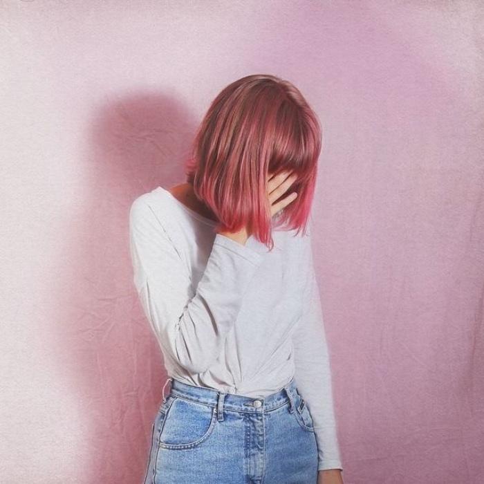 taglio-caschetto-versione-classica-ciuffi-davanti-piu-lunghi-frangia-tinta-rosa-scuro-tendente-rosso