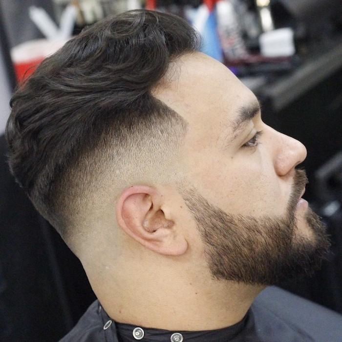 taglio-uomo-sfumato-capelli-castano-scuri-ciuffo-indietro-ondulato-barba-baffi-ben-delineati