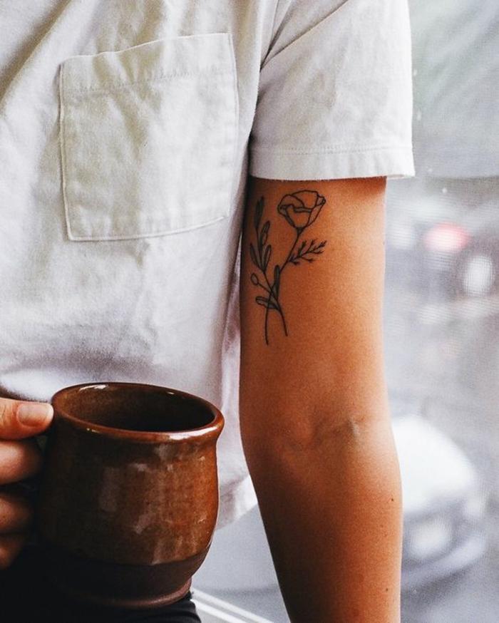tattoo-fiore-tulipano-gambo-foglie-bianco-nero-interno-braccio-parte-alta