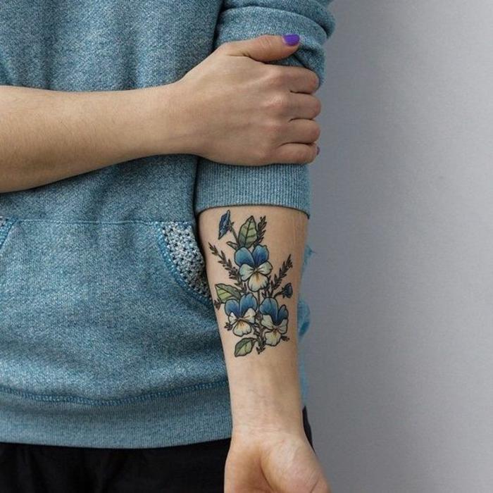 tattoo-fiore-violette-colorate-blu-bianco-foglie-verdi-parte-interna-braccio