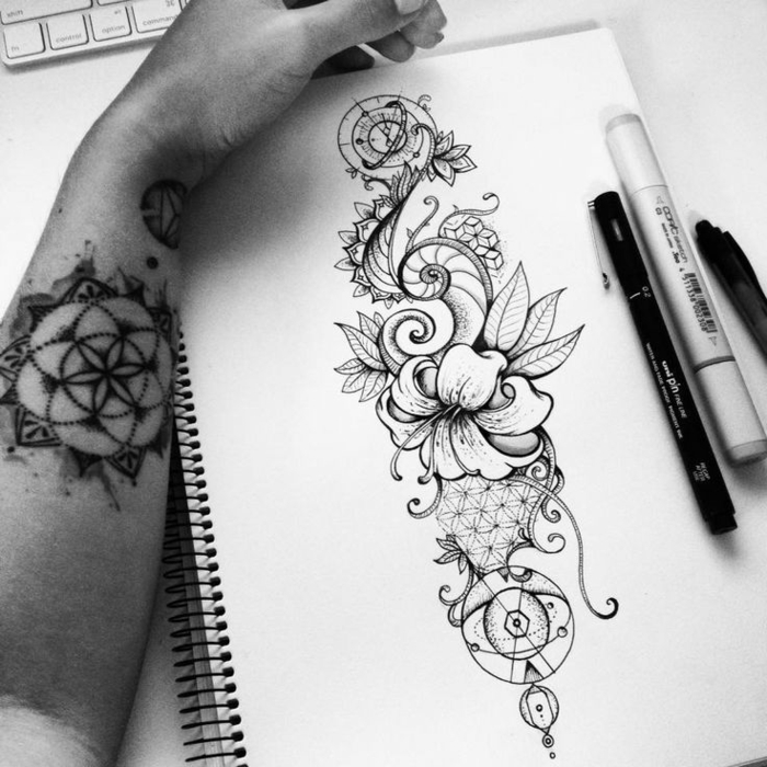 tattoo-fiori-disegno-bianco-nero-carta-quaderno-rose-lillium