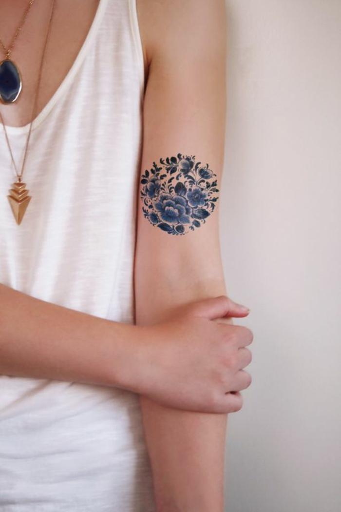 tattoo-fiori-disegno-ibisco-peonie-forma-rotonda-colorata-interno-braccio