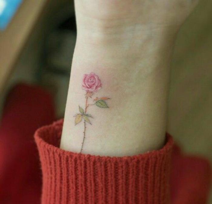 tattoo-fiori-significato-piccola-rosa-rossa-gambo-verde-parte-esterna-lato-polso
