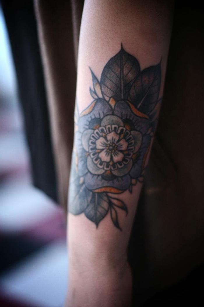 tatuaggi-fiori-disegno-grandi-dimensioni-colorato-fiore-ciliegio-centro